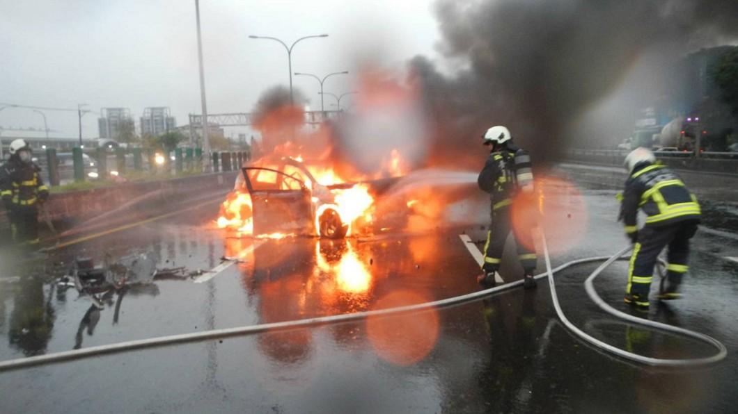 圖/中央社(民眾提供) 自小客台74線自撞火燒車 駕駛脫困受傷送醫