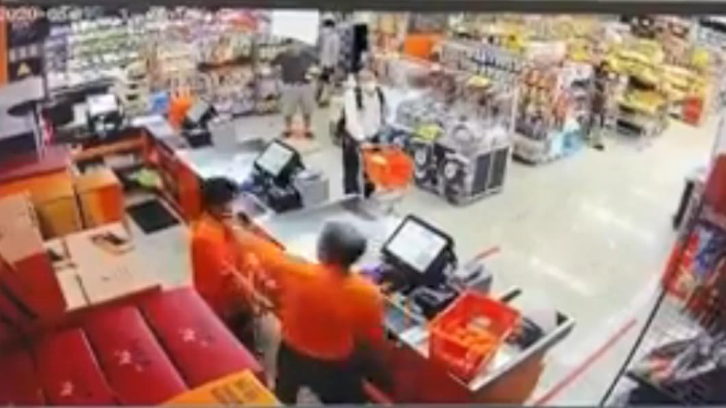 圖/翻攝自爆料公社 視障店員遭奧客毆打求救 主管竟告誡:報警恐被解僱
