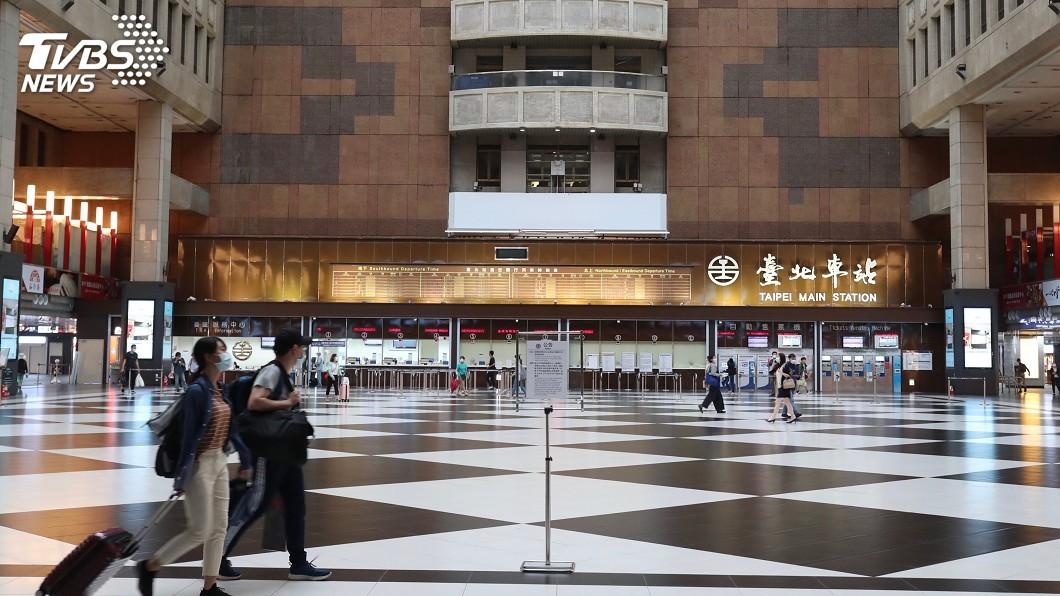 圖/中央社 北車大廳是否永久禁坐? 交通部:疫情後將開放