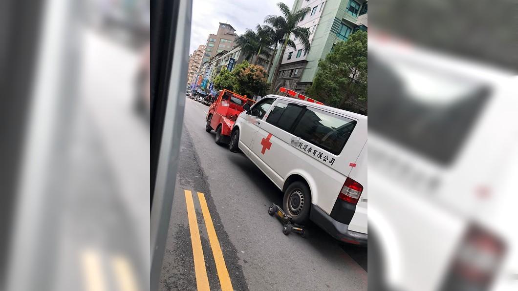 救護車執勤中卻遭拖吊。(圖/翻攝自臉書社團「爆廢公社」) 閃燈救護車執勤遭拖吊 員工傻眼:出人命誰賠?