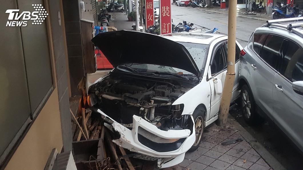 圖/中央社 疑天雨路滑失控 澎湖自小客衝撞店家駕駛受傷送醫