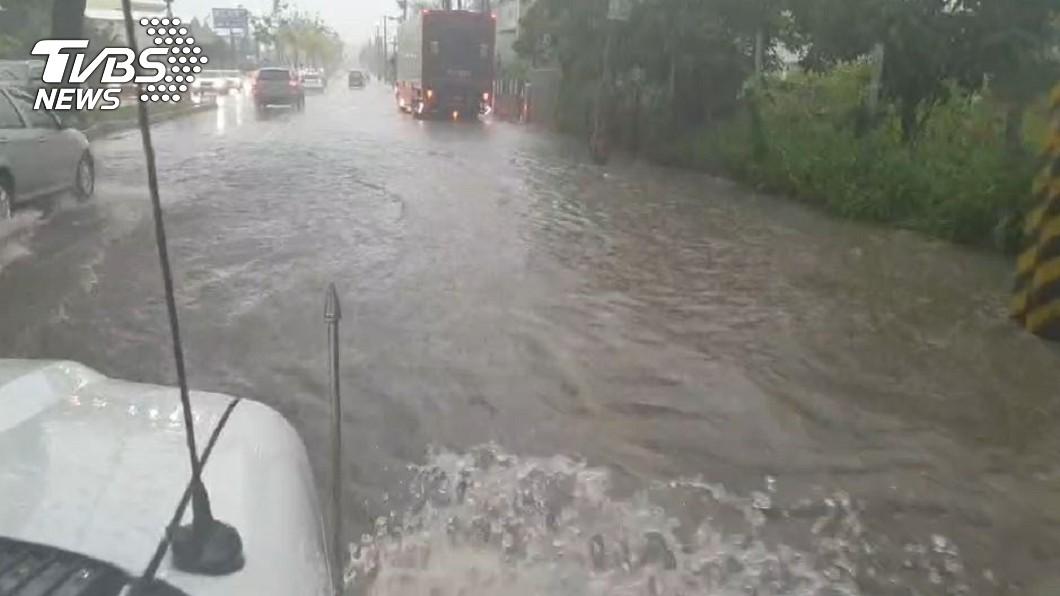 仁武神農路積水。(圖/TVBS資料畫面) 大豪雨強襲高雄 部分道路變小河、水淹輪胎高