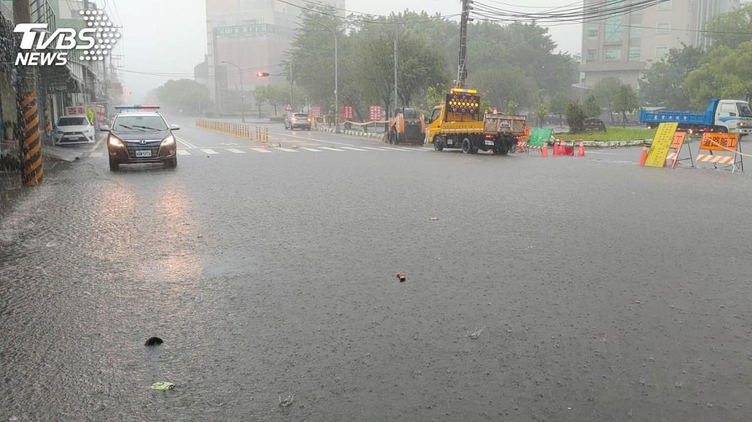 圖/里港警分局提供 大雨一直下 屏東陸續傳淹水落石災情