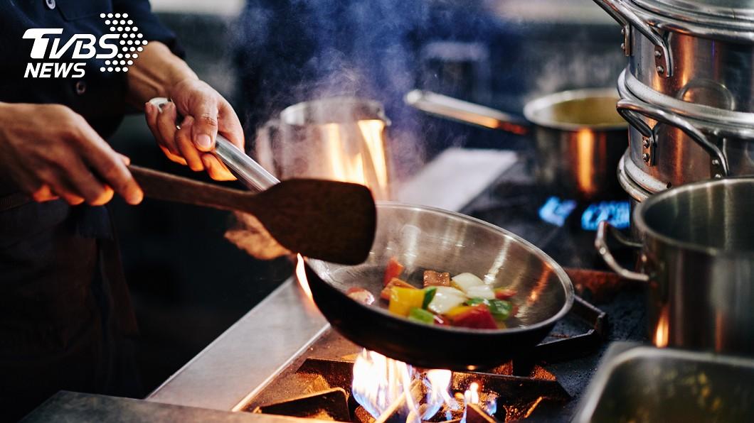 許多人認為自己煮比較健康。(示意圖/TVBS) 料理新手可煮什麼?網全推「1好物」:很難失敗