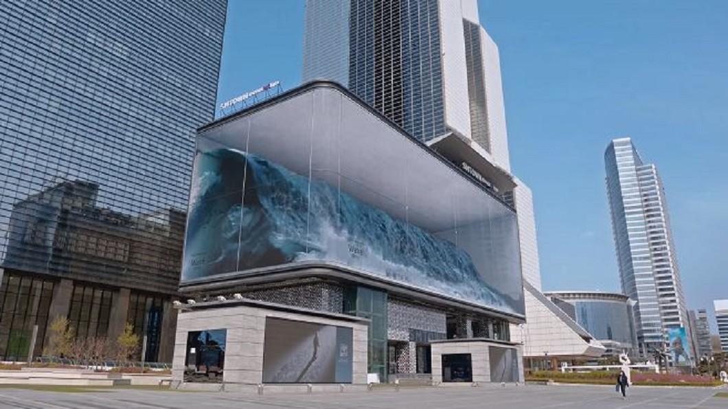 圖/翻攝自d'strict youtube 「巨浪」席捲首爾街頭 數位藝術裝置逼真震撼