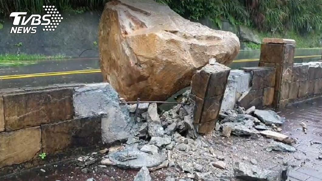 基隆外木山5噸巨石砸落 人行道圍欄崩塌