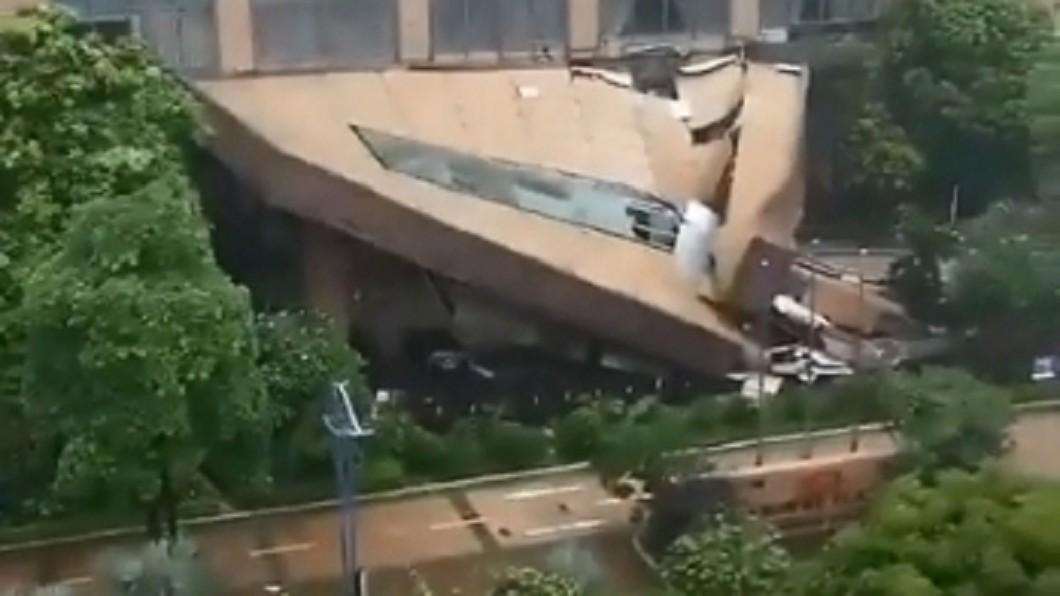 大陸廣東一間酒店不敵豪雨狂炸,大門崩塌。(圖/翻攝自微博) 雨彈狂襲!陸星級酒店「大門崩塌」傾斜45度仍營業