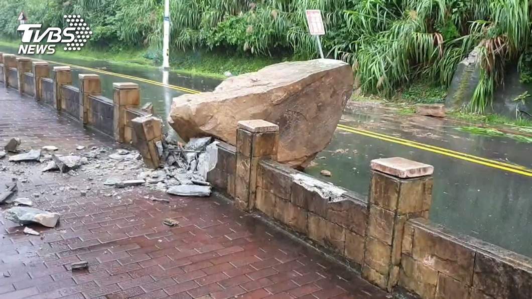 圍欄被撞斷!外木山落石坍方 砸人行道