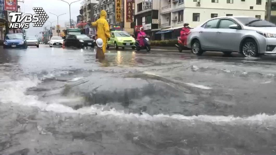 台灣連日來受到暴雨襲擊,許多地方都出現淹水災情。(TVBS資料示意圖) 暴雨狂炸南台「肥厚怪蛙」現蹤 網驚:牠超毒連蛇都不吃
