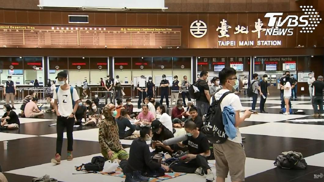 網友發起「坐爆北車」活動。(圖/TVBS) 爭取開放空間!百人「坐爆北車」野餐、跳舞