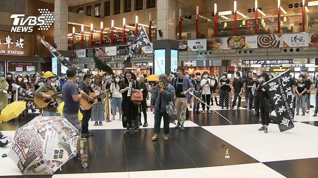 網友發起坐爆北車活動,約5百人響應到場。(圖/TVBS資料畫面) 4百人「坐爆北車」 他傻眼:地板是傳染高危險區