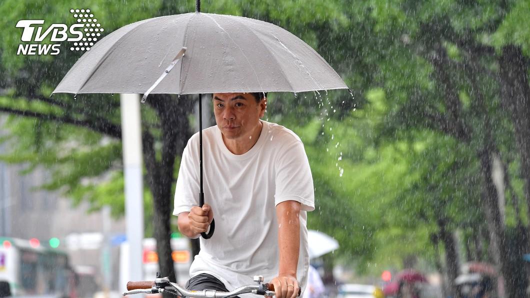 圖/中央社 鋒面明起再接近 週二起西半部東北部防大雨