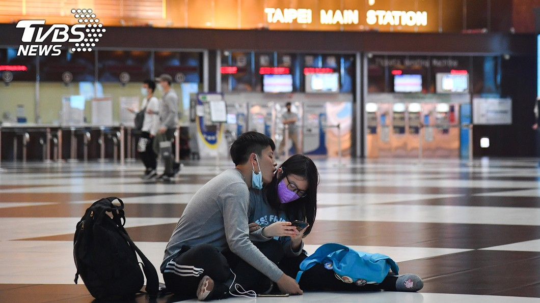 北車大廳禁坐,引發爭議。(圖/中央社) 北車大廳是否開放席地坐 台鐵近日邀各界討論