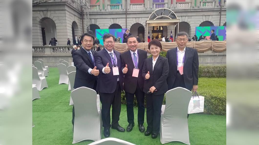 黃偉哲(左起)、鄭文燦、侯友宜、盧秀燕、柯文哲5都市長出席總統就職典禮合照。(圖/翻攝自黃偉哲臉書) 520典禮2張照片 他讚:這才是台灣原來的樣子