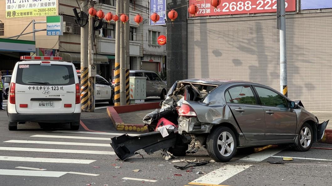 圖/中央社(民眾提供) 中市公車駕駛急性腦中風 失控衝撞路邊8車