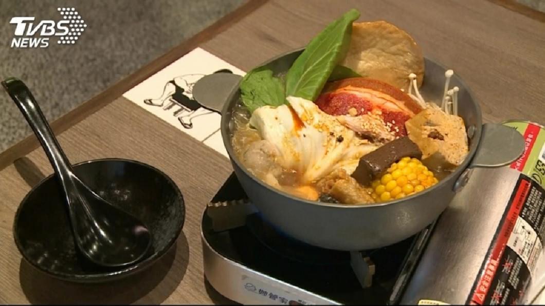 許多餐廳或店家都有推出個人小火鍋餐的服務。(TVBS資料示意圖) 男點小火鍋「飯多一點」 店員端上桌他傻眼:葬儀社的?