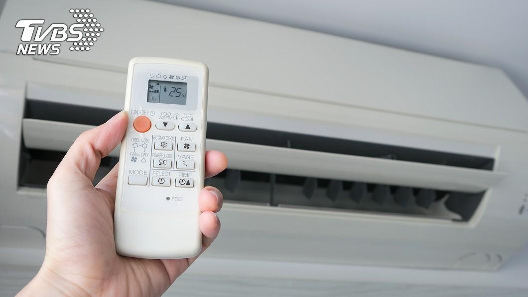 夏日炎炎沒冷氣的會受不了!(示意圖/TVBS) 吃電怪獸!冷氣遙控器「1年換4次電池」 苦主揭真相