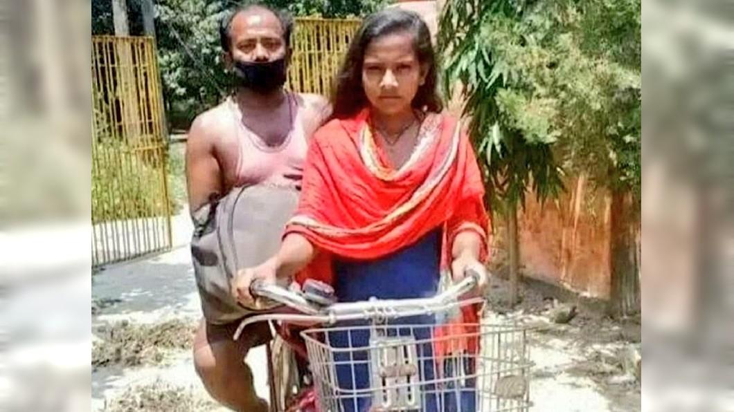 印度1名15歲少女騎著自行車載著父親回到家鄉。(圖/翻攝自推特) 騎單車上千公里載傷父返鄉 印15歲少女獲邀國家隊培訓