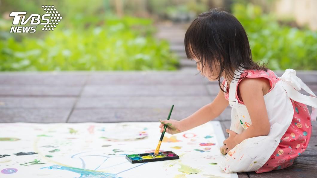 許多人愛PO小孩照。(示意圖/TVBS) 為何日本藝人不「曬娃」?網曝真相:狂PO才不正常