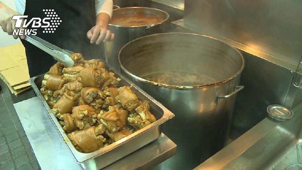 滷豬腳是台灣知名的美食之一。(TVBS資料示意圖) 男吃飯準備淋滷汁 開鍋驚見「1隻手比讚」內心留陰影