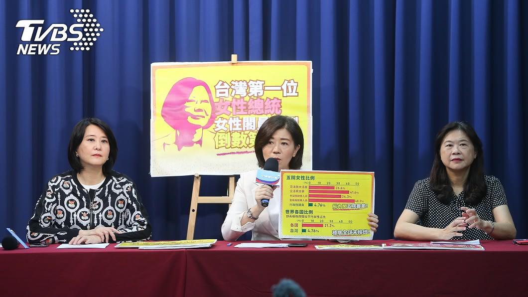 國民黨文傳會主委王育敏(中)、副主委王鴻薇(左)、李永萍(右)出席。(圖/中央社) 新內閣僅2位女性 國民黨:蔡總統漠視女性權益