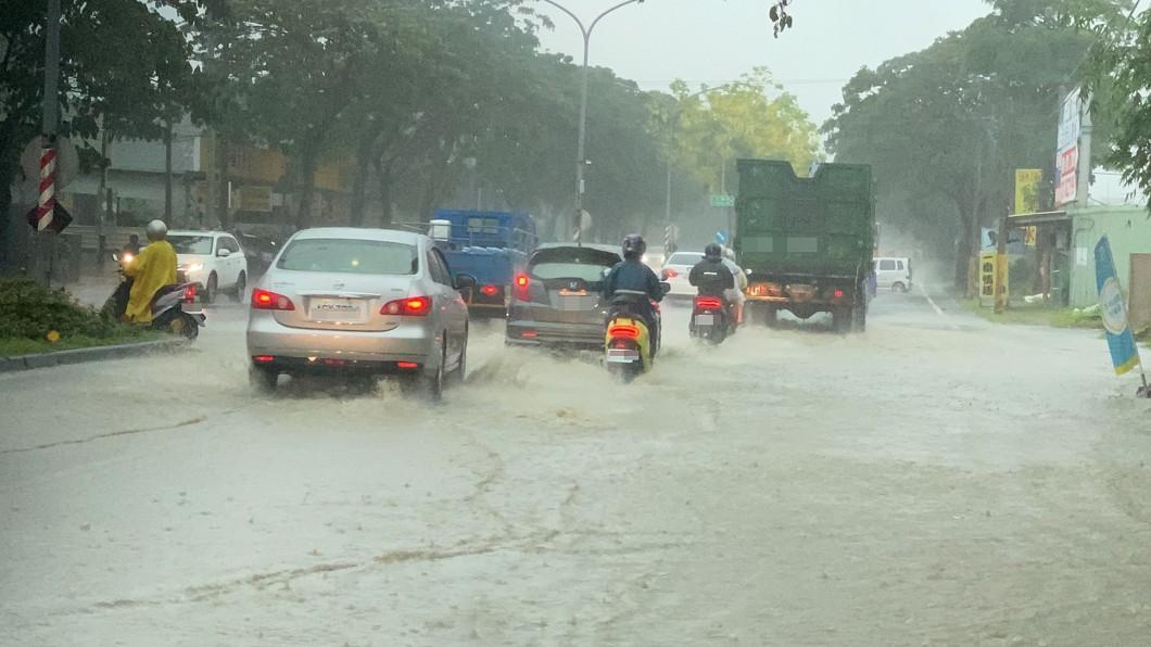 圖/民進黨高雄市議員邱俊憲提供 雨炸不停! 高市鳥松大樹區積水半個輪胎深