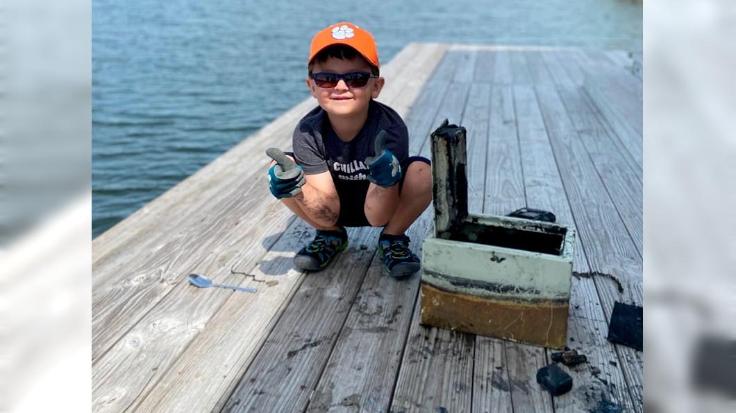 美國男孩日前在湖邊磁鐵釣魚,意外釣到一個保險箱。(圖/達志影像美聯社) 6歲童湖邊磁鐵釣魚 竟釣到珠寶保險箱