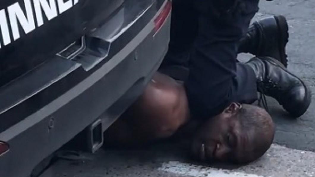 非裔美籍男子佛洛依德(George Floyd)因白人警察執法過當死亡,引發全美關注。(圖/Facebook Darnella Frazier) 反種族歧視!NIKE改標語「Don't Do It」
