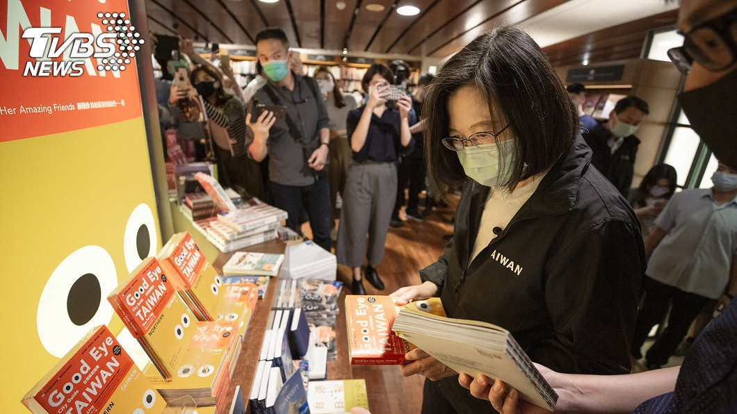 蔡總統赴誠品敦南店,重溫過去逛書店的時光。(圖/總統府提供) 誠品敦南倒數營業 蔡總統悄探訪買了這本書