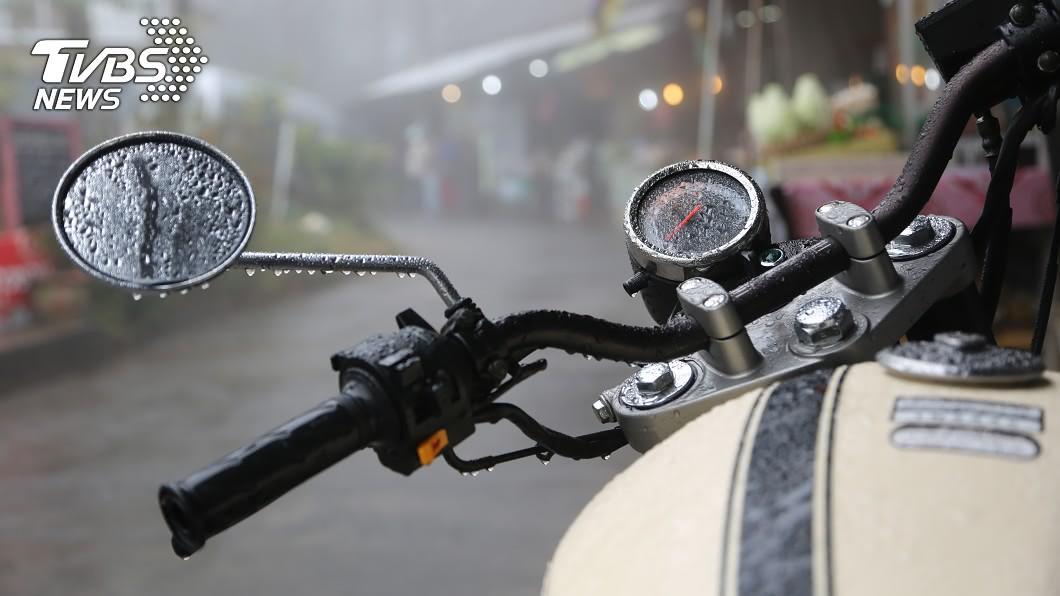示意圖/TVBS 下雨機車抹布被偷走! 她改放「一條白布」:沒再不見過