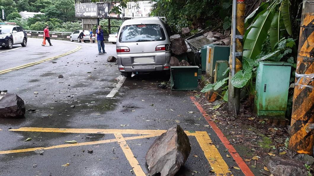 圖/民眾提供 苗縣泰安山區雨後落石砸車 駕駛幸運躲過一劫