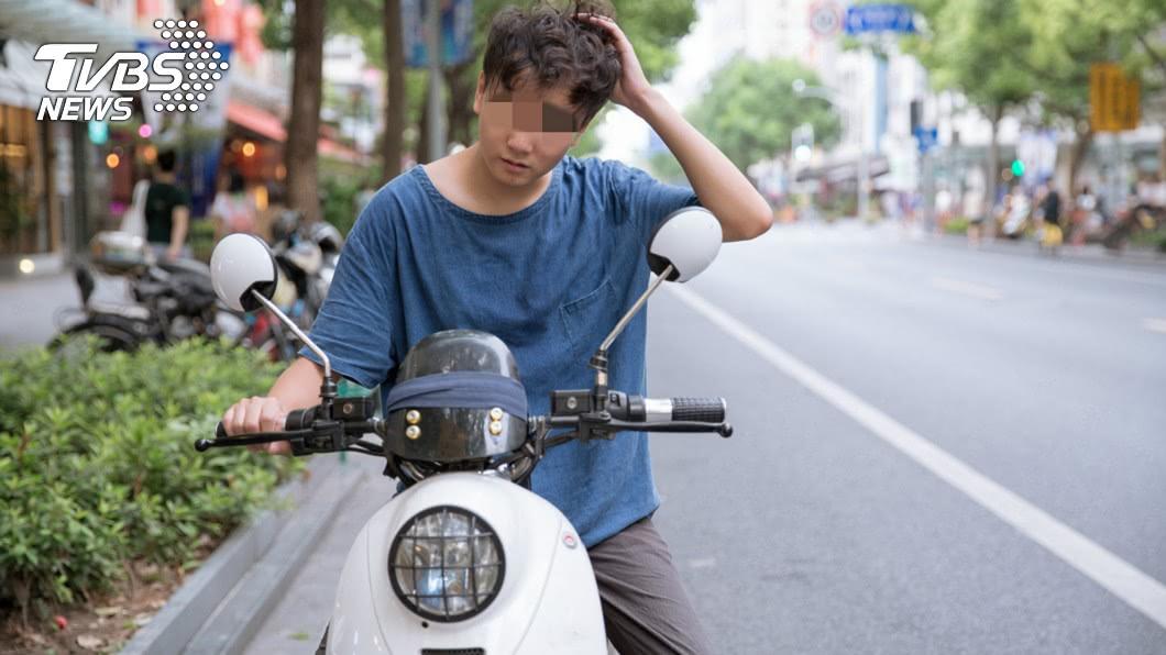 騎車不戴安全帽。(示意圖,與照片當事人無關/TVBS) 寧被開單不戴安全帽!網超有感:我也是 原因曝光0罵聲