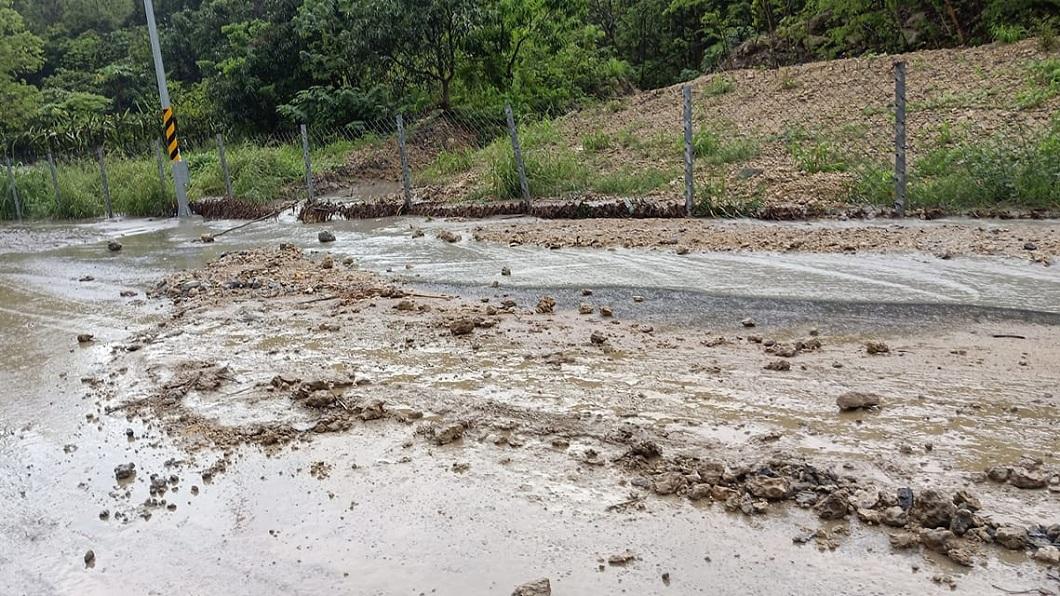 連日大雨造成高雄部分地區的路面出現土石流。(圖/翻攝自臉書社團「燕巢人大小事」) 雨彈狂炸高雄!邊坡崩落路面土石流 積水道路開車像坐船