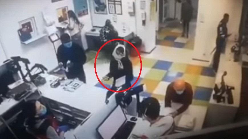 圖/翻攝自YouTube「urd_news」 沒戴口罩進郵局遭攔!狂女「內褲套頭抗議」成功拿到包裹