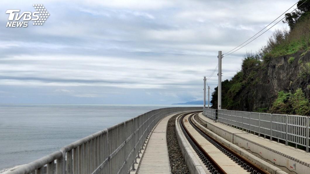 圖/中央社 宛如巨龍游海面 「最美車站」多良高架鐵路通車