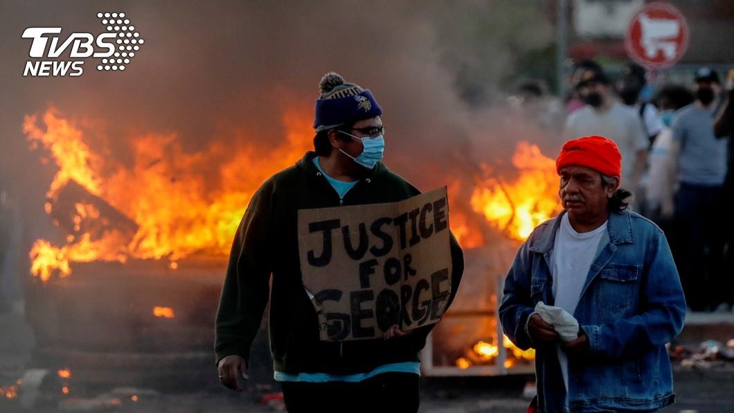 圖/達志影像路透社 洛杉磯非裔抗議警察暴力 堵高速公路砸警車