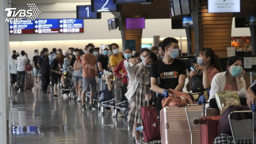 圖/中央社 越南首派專機來台接僑民 數百名旅客湧現機場