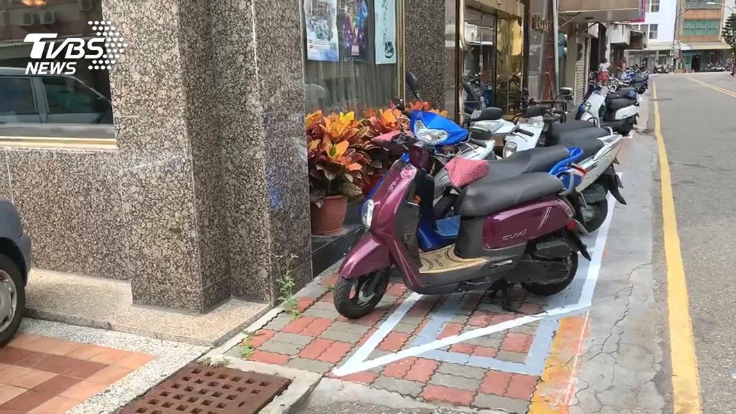 圖/TVBS 跑障礙賽嗎?行道劃車格 行人冒險爭道