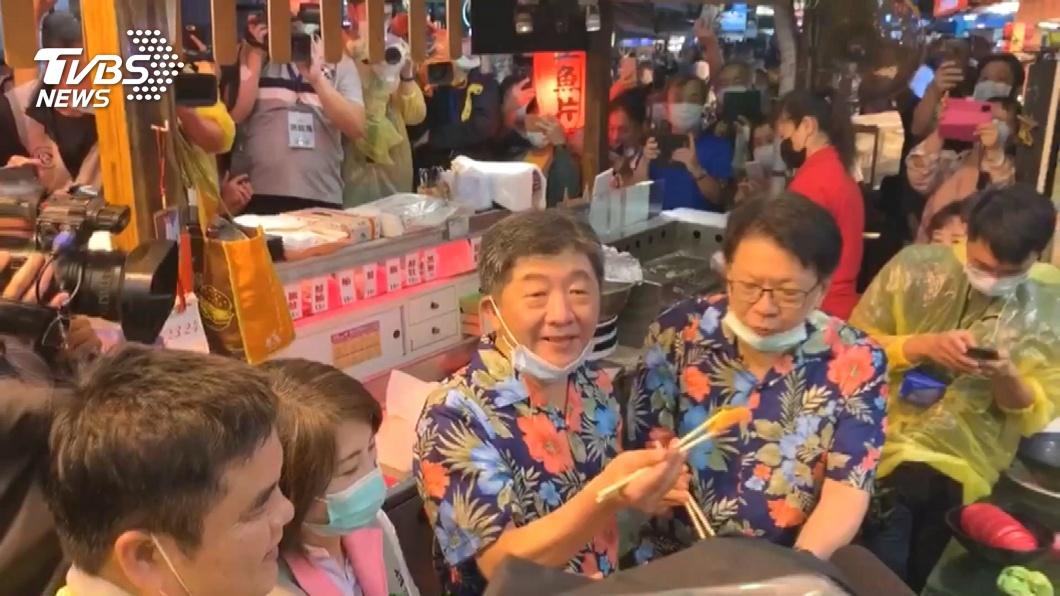 圖/TVBS 穿黑琵襯衫、背虱目魚包 阿中訪台南裝扮曝光