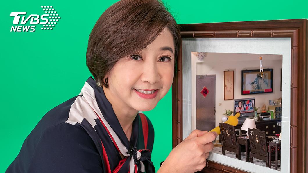 TVBS主播莊開文與袖珍屋中的「自己」合照,倍感親切。(圖/TVBS) 莊開文圈粉模型大師  赫見自己成袖珍作品