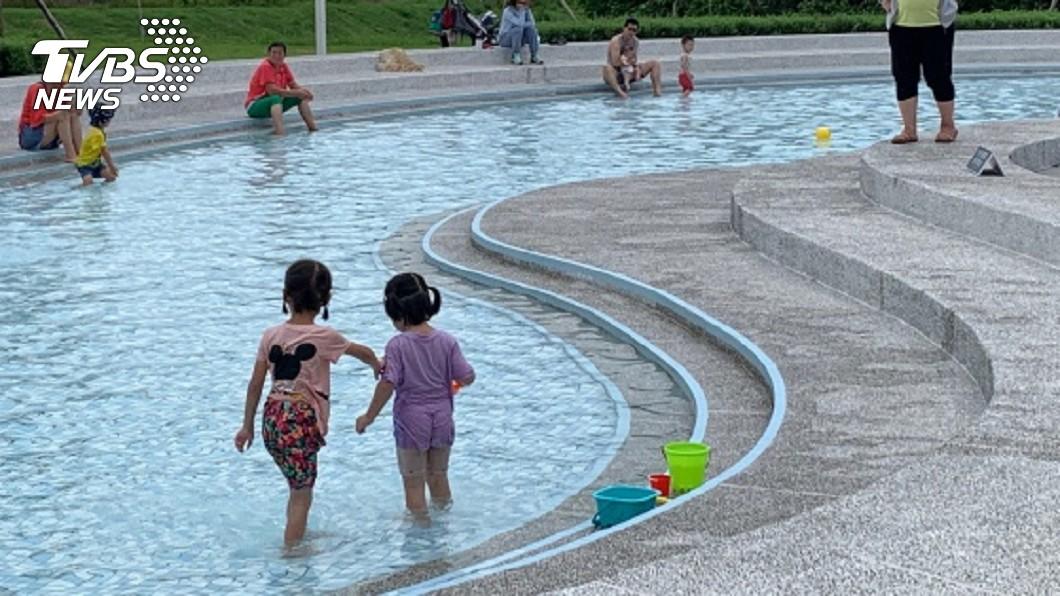 圖/中央社(水道館提供) 台南水道博物館戲水池重新開放 人潮再現