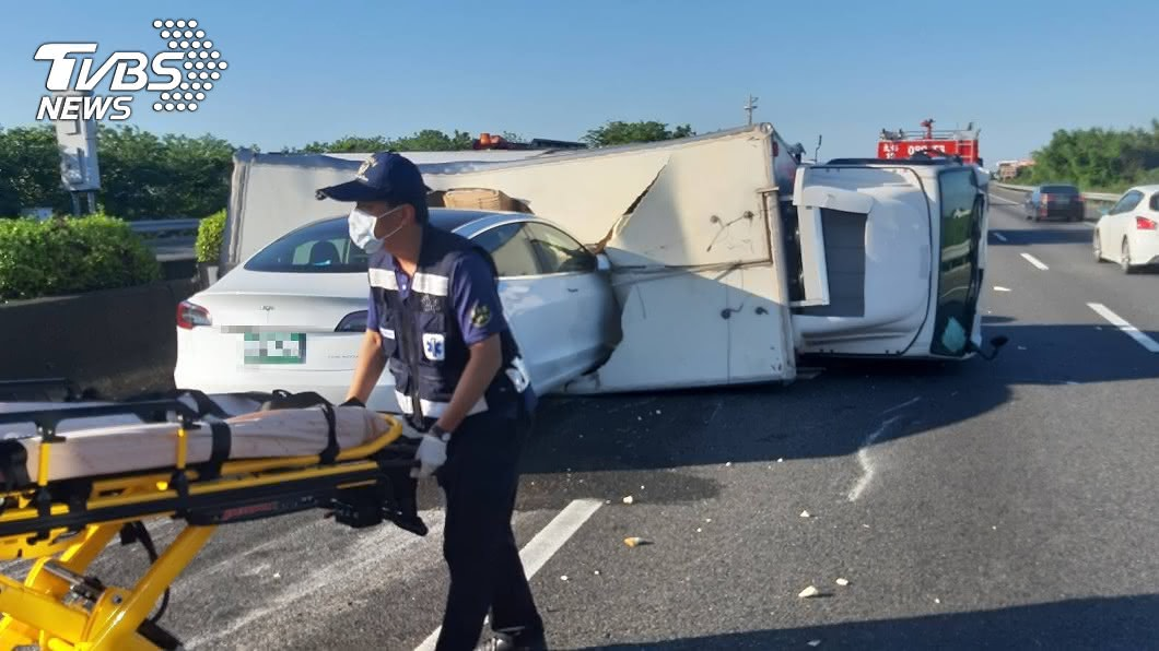 圖/TVBS 離奇!貨車已翻覆橫躺 特斯拉仍直衝「撞破」車頂
