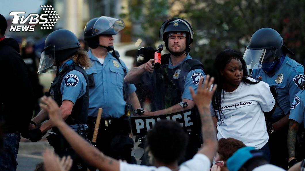 在美國明尼蘇達州首府明尼阿波利斯的一個抗議集會中,抗議者被警察拘留。(圖/達志影像路透社) 非裔之死抗議潮波及媒體 採訪記者遭警民攻擊