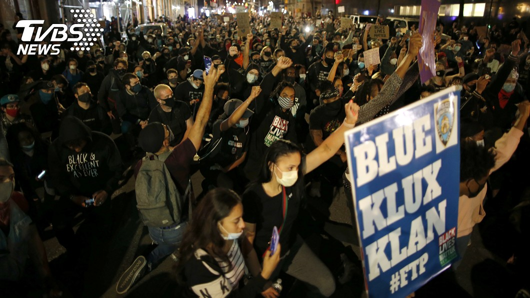 美國曼哈頓(Manhattan, New York)街頭上示威民眾聚集在一起進行抗議活動,現場眾多人潮群聚,在疫情期間並無保持社交距離。(圖/達志影像路透社) 反種族歧視示威蔓延全美 專家憂爆第2波疫情