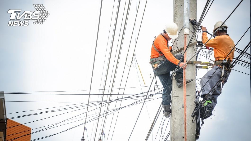 兩名維修工人在電線桿上工作。(示意圖/TVBS) 花蓮電線走火1人死 台電2維修員疏失遭判刑