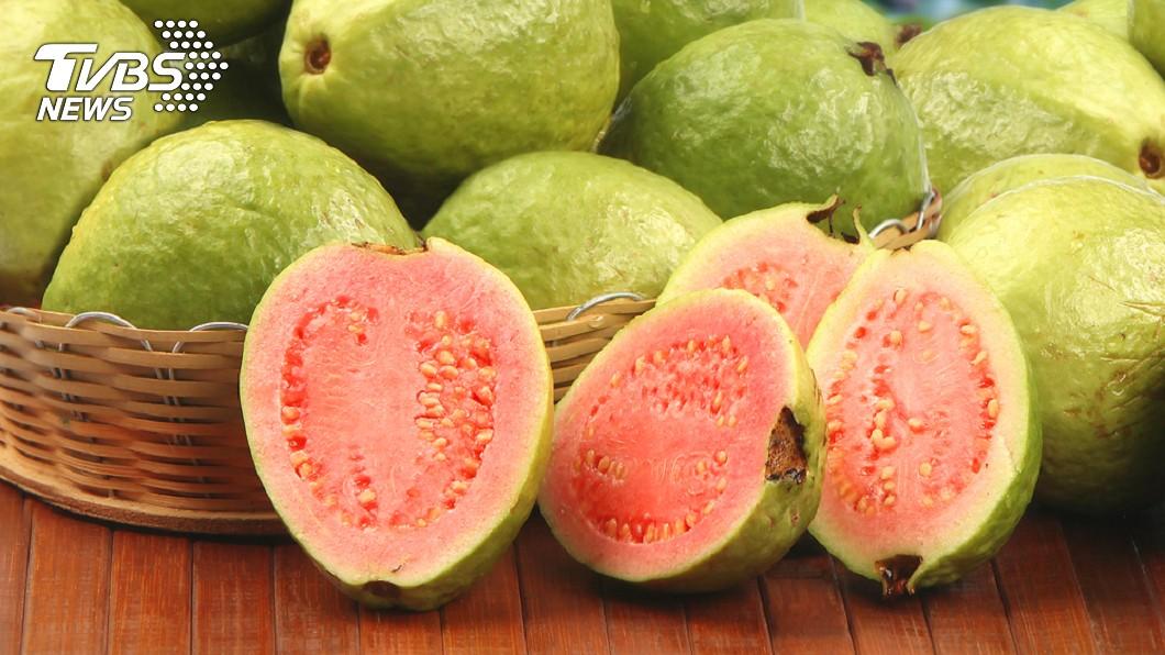 芭樂是許多民眾平日愛吃的水果種類之一。(TVBS資料示意圖) 芭樂中間軟軟的能吃嗎?營養師揭:對人體有「4大好處」