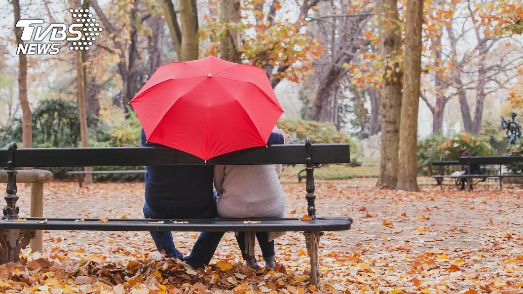 近日全台多為多雲到晴的好天氣。(示意圖/TVBS) 艷陽高照!暖男騎士幫撐傘遮陽 網跪求:我也想買
