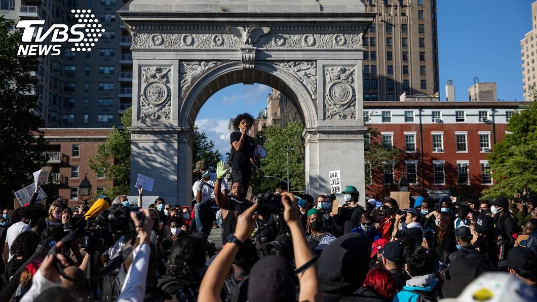 美國非裔男子佛洛伊德遭白人警察以膝壓頸喪命,掀起的示威已持續一週。(圖/達志影像路透社) 全美示威遍地開花 疫情下平息民怨考驗智慧