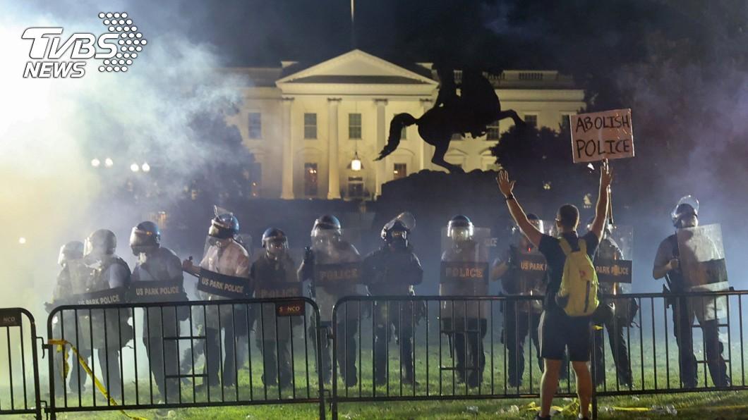 上千名群眾聚集白宮前抗議,華府出動強勢警力驅逐群眾。(圖/達志影像路透社) 上千名民眾白宮前抗議 警方發射催淚瓦斯驅離