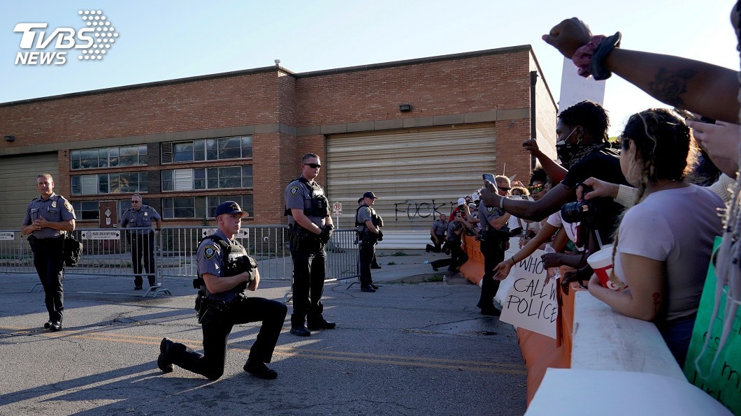 非裔男子之死引發全美示威不斷,警方與抗議群眾處於緊張狀態,有警察單膝跪地表達與和平示威者同一陣線的立場。(圖/達志影像路透社) 與示威者同陣線 美各地現警員單膝跪地共祈禱